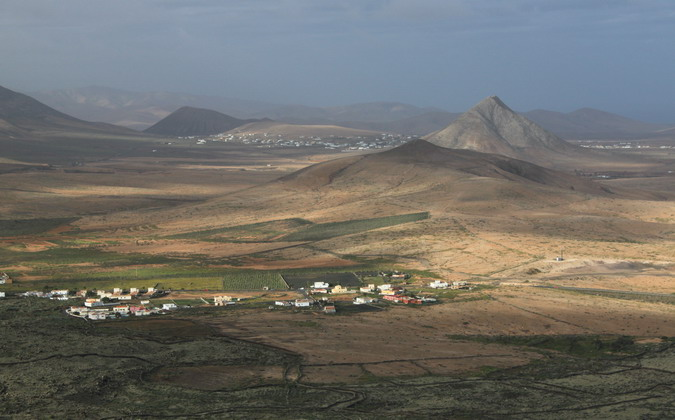 Montaña Quemada and Montaña Tindaya from Montaña de Arena